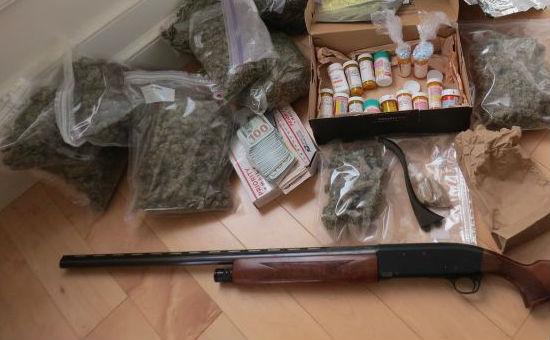 Татко и син уапсени вчера во тетовско: Им нашле марихуана, пушка, куршуми и крадени дрва