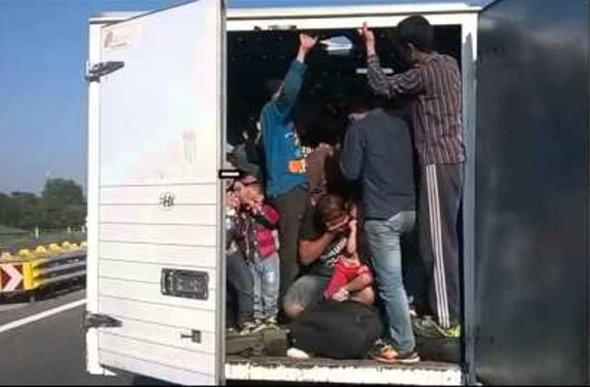 Во камион кај Василево пронајдени 30 мигранти