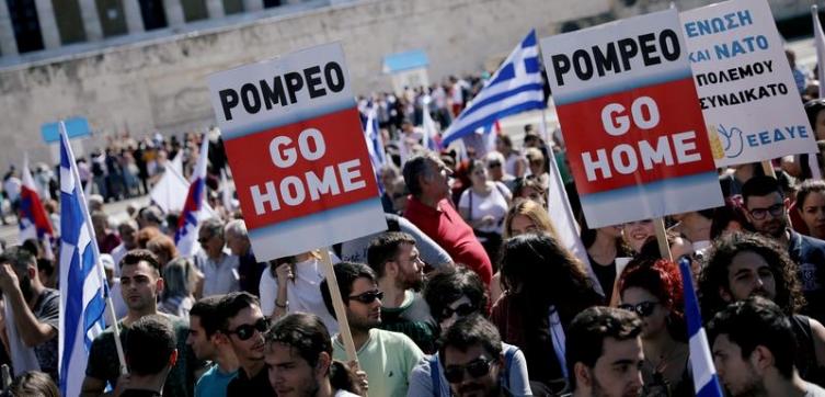 """""""Помпео оди си дома!"""", извикуваа илјадници демонстранти пред грчкиот парламент"""
