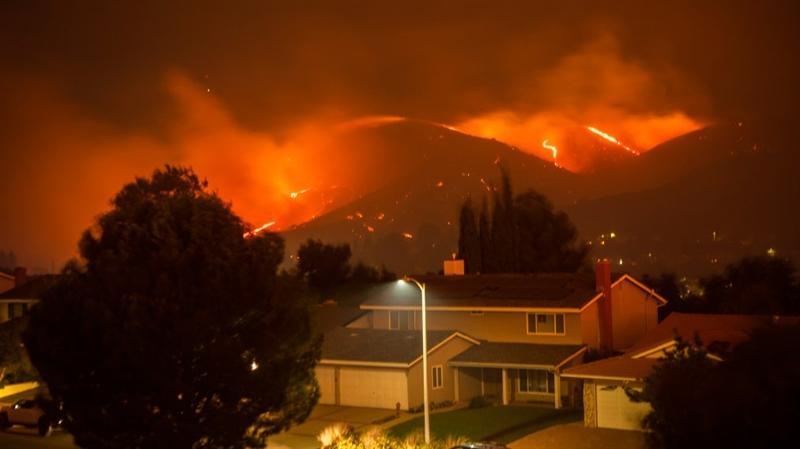 Пожар низ Калифорнија – горат и првите куќи во близина на Лос Анџелес