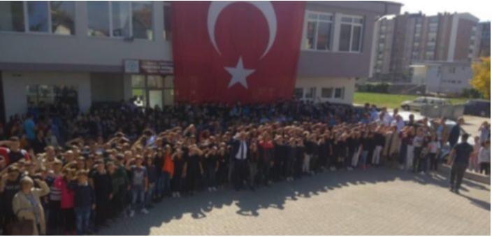 Војнички поздрав од основци и наставници во Гостивар за турската воена офанзива