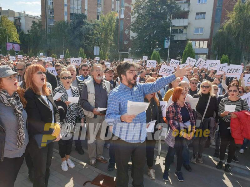 """Синдикатот на вработените во културата ја отпеа """"Хорот на поробените Евреи"""" од """"Набуко"""" пред Влада"""