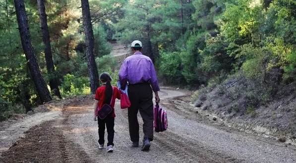 Татко од Турција сам изгради пат од четири километри за неговата ќерка да оди на училиште