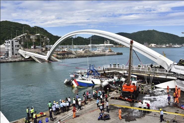 Мост се урна врз бродови и камион со нафта: Повредени и исчезнати во несреќа во Тајван