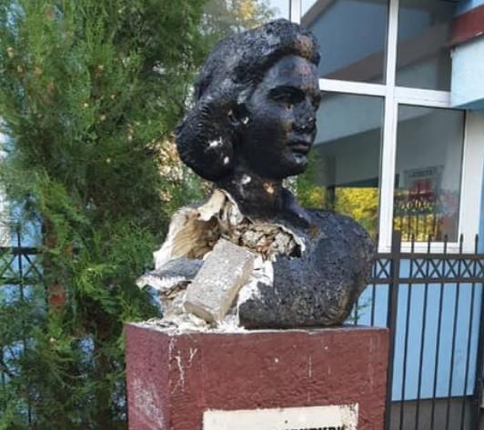 ЏУКЕЛИТЕ  во Македонија - Page 37 Vera-ciriviri-statua