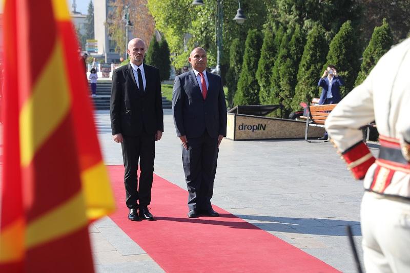 Заменик-министер и Стојанче Ангелов му се поклонија на Гоце Дечлев во име на Владата