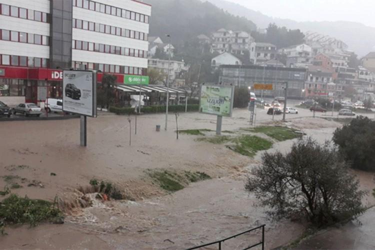 Страшно невреме во Црна Гора: Куќите поплавени, спасувачите на терен