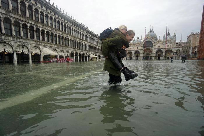 Венеција под вода: Туристите и жителите во чизми се пробиваат низ водата