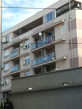 Драма во Белград: Маж се заклучил во станот, се заканува дека ќе пука