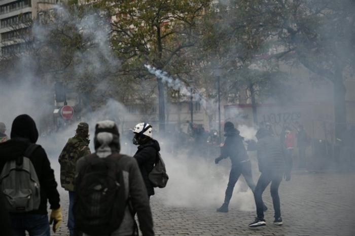 Протестите на жолтите елеци во Париз стана насилни: Полицијата употреби водени топови, солзавец и уапси 33 лица