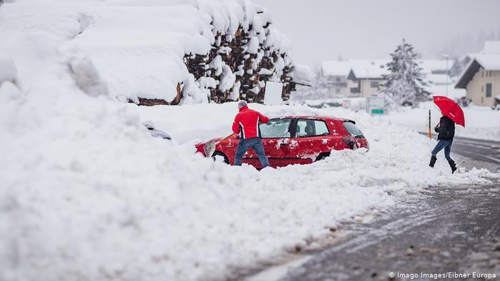 Во Австрија уништени куќи поради обилен снег и поплави
