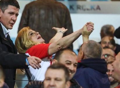 """Неконтролирано се смееше и пееше: Колинда беше """"весела"""" на стадион (ВИДЕО)"""