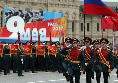 Пендаровски на парада во Москва, а по Иванов се фрлаа дрвја и камења