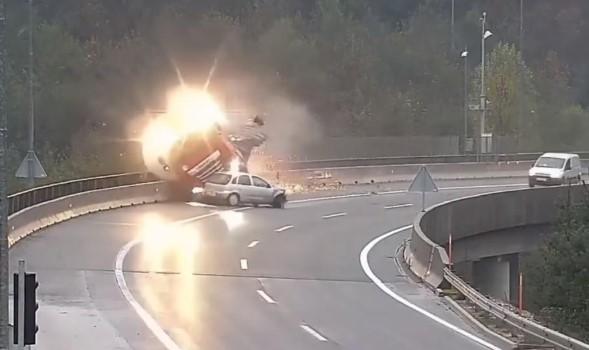 Страотно видео од сообраќајка во Словенија: По сударот со Корса, камионот ја проби оградата и падна во провалија