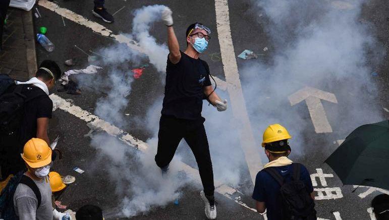 Демонстрантите во Хонг Конг ги гаѓаа полицијаците со стрели