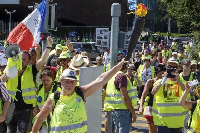 """Протестите на """"Жолтите елеци"""" ја чинат Франција речиси три милијарди евра"""