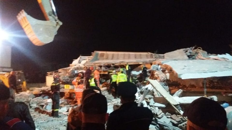 Моментот кога се урива зградата во која е заробено семејството Лала, веќе не слушаат повици за помош