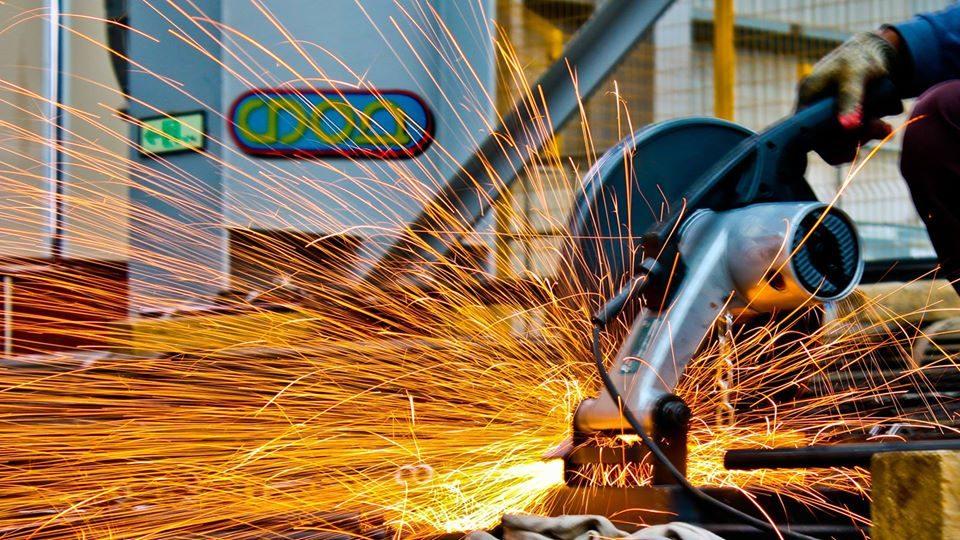 Работници рачно пренесуваат метални ролни од тон и пол, зошто се расипал вилушкарот