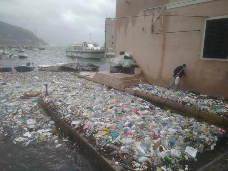 Тони ѓубре исфрли морето кај Дубровник