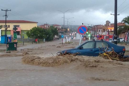 """Затворени улици и училишта, поплавени домови: Невремето """"Гирионис"""" создаде сериозни проблеми во Грција"""