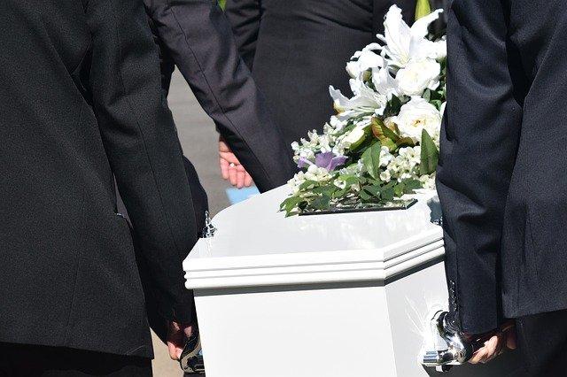 Во Германија се бараат носачи на ковчези