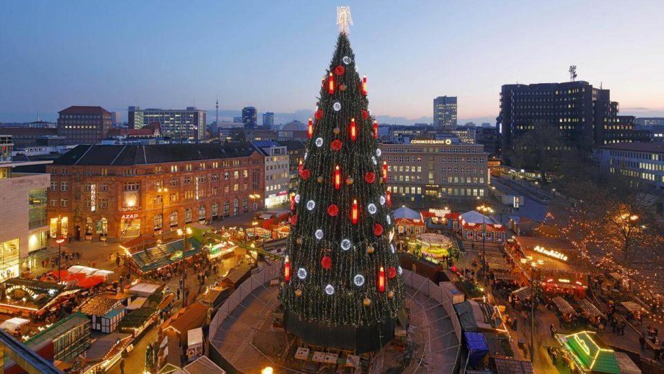 Во Дортмунд е најголемата новогодишна елка во светот