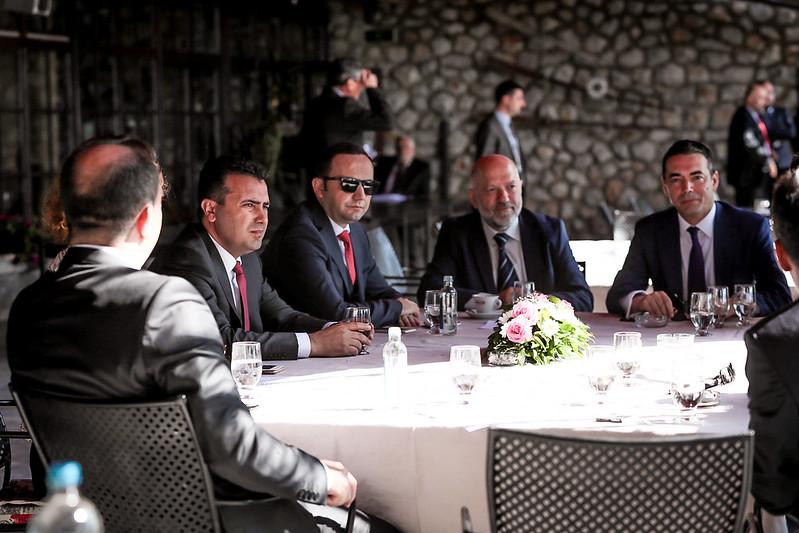Османи: Постојат земји со двојазична банкнота и воена униформа