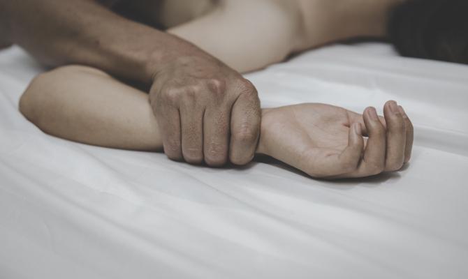 Умрела 4 дена по свадбата, сопругот не престанал да ја тера на секс иако обилно крварела