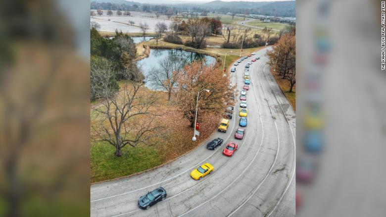 Tинејџер кој починал од рак погребан со поворка од 2.100 спортски автомобили