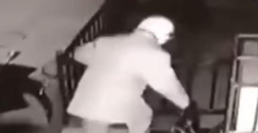 Без ронка жал: Татко го остава синот во торба пред продавница