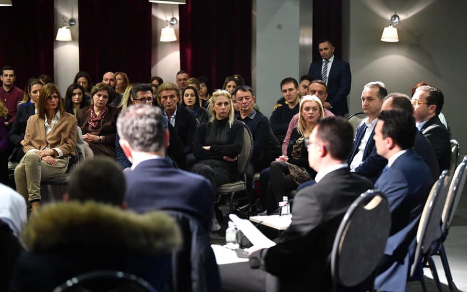 Тоа е тој грч на лицата на лекари донесени да го слушаат Зоран Заев