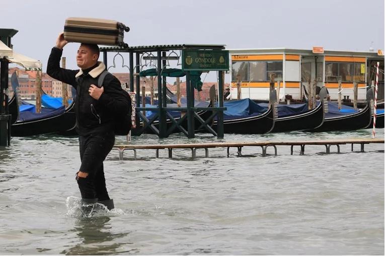 Уште еден тежок ден за Венеција – дождот не престанува да паѓа во дел од Италија