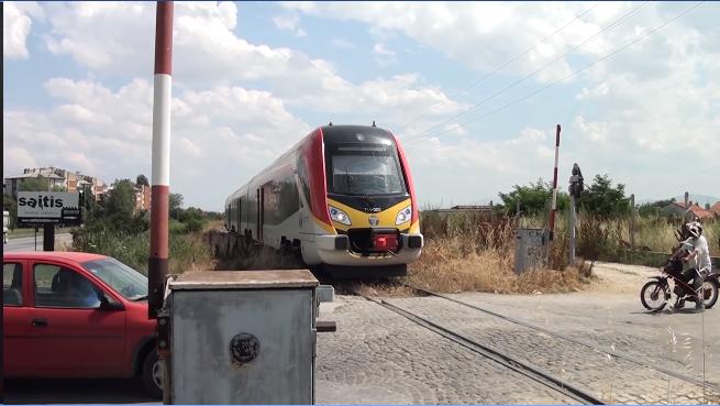 Само во Македонија: Возови поминуваат со кренати рампи!