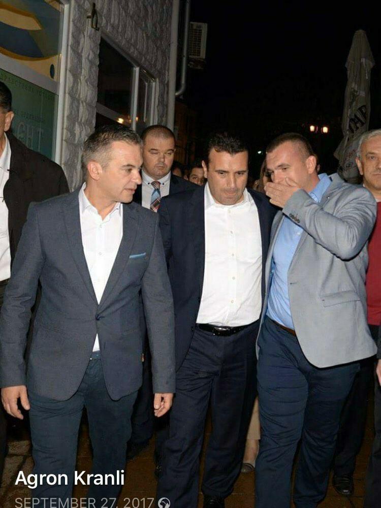 Се гушка со премиерот во заминување, па сведочи против опозицијата