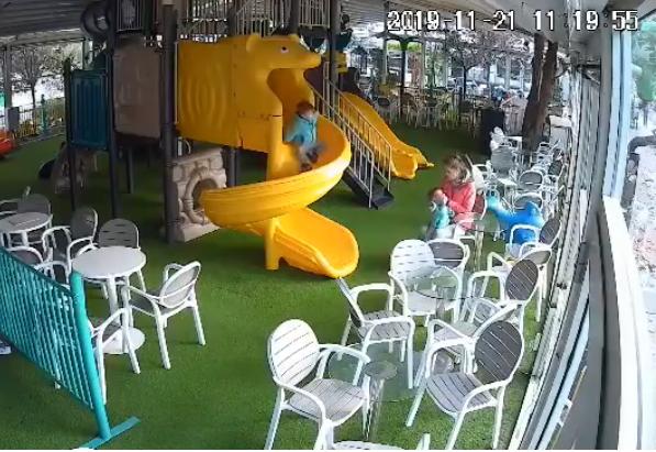 Дадилка е жената која му удира шлаканици на детенцето во игротека во Аеродром