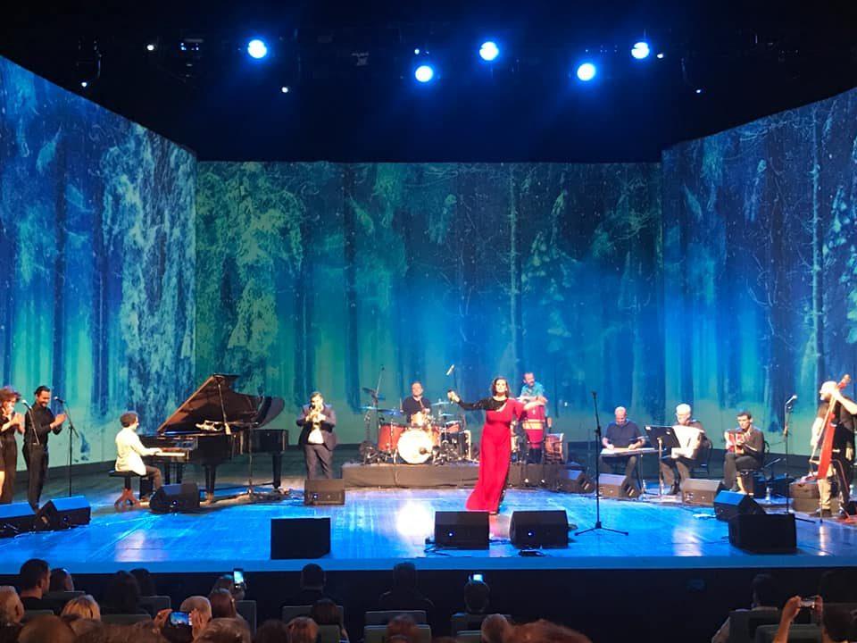 """""""Љубојна"""" ја крена публиката на нозе: Емотивно музичко патување со звуци што ги отвораат срцата"""