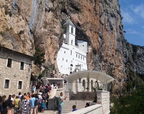 Црногорците најмногу доверба имаат во образованието и во Српската православна црква