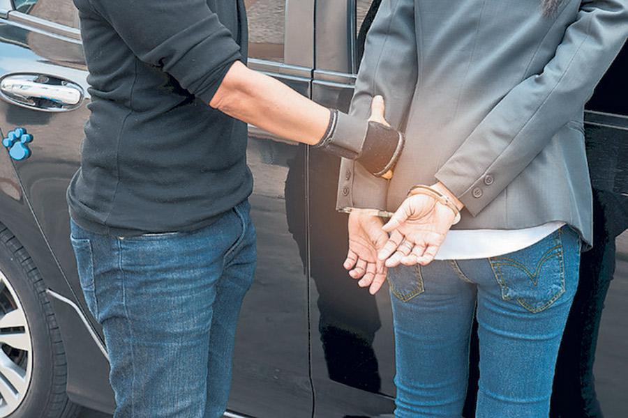Уапсена адвокатка за измама на клиентка