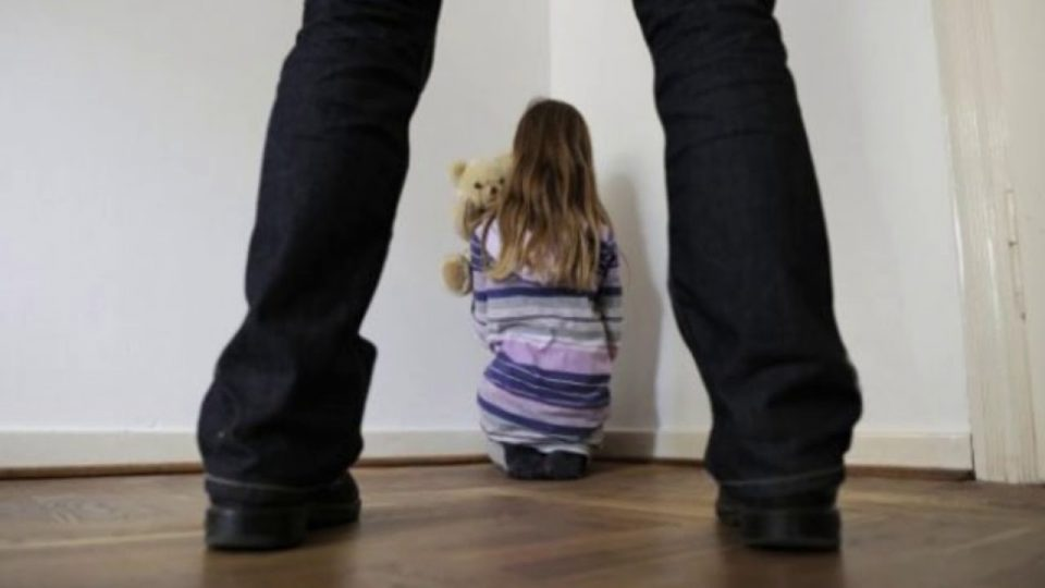 Битолчанец осомничен дека сексуално се изживувал врз неговите деца од 6, 8 и 13 години