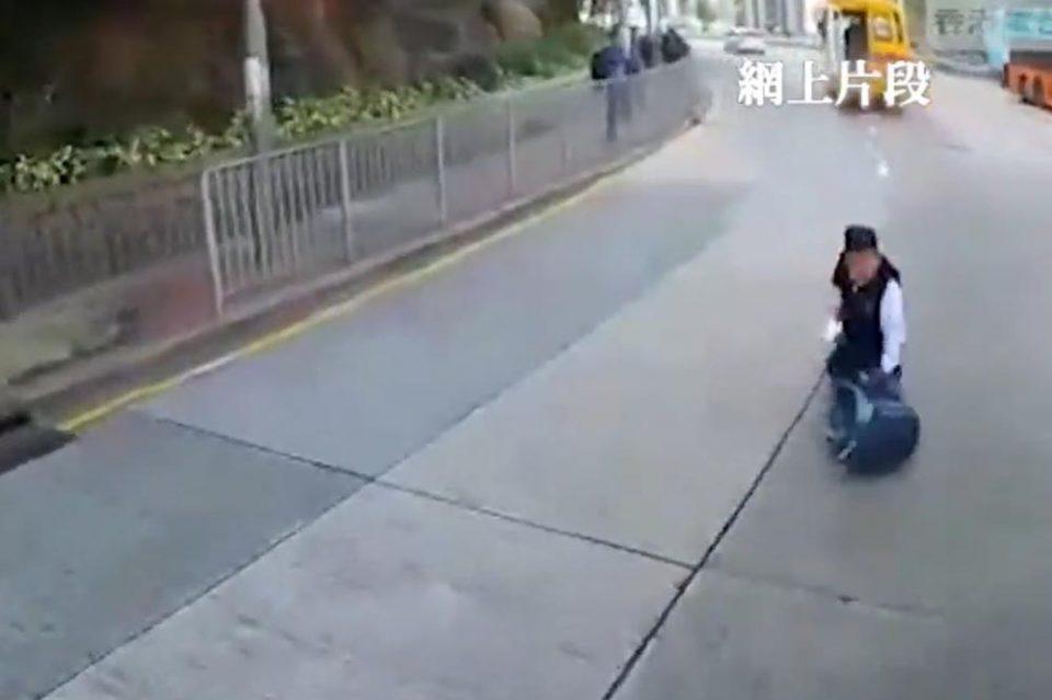 Видео од кое застанува здивот: Дете паѓа од автобус во движење