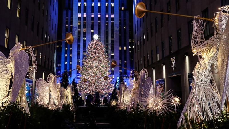 """Елка со три милиона кристали """"Сваровски""""блесна во Њујорк"""