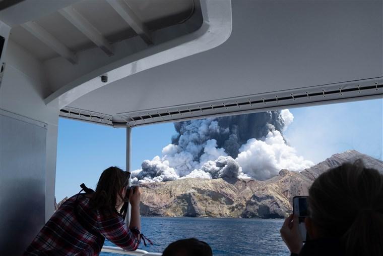 Загинаа најмалку пет туристи по ерупција на вулкан во Нов Зеланд