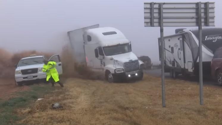 Поради густа магла камион влета во толпа луѓе