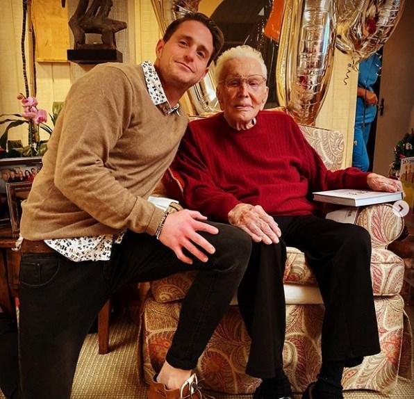 Кирк Даглас наполни 103 години: Ти си подарок на светот