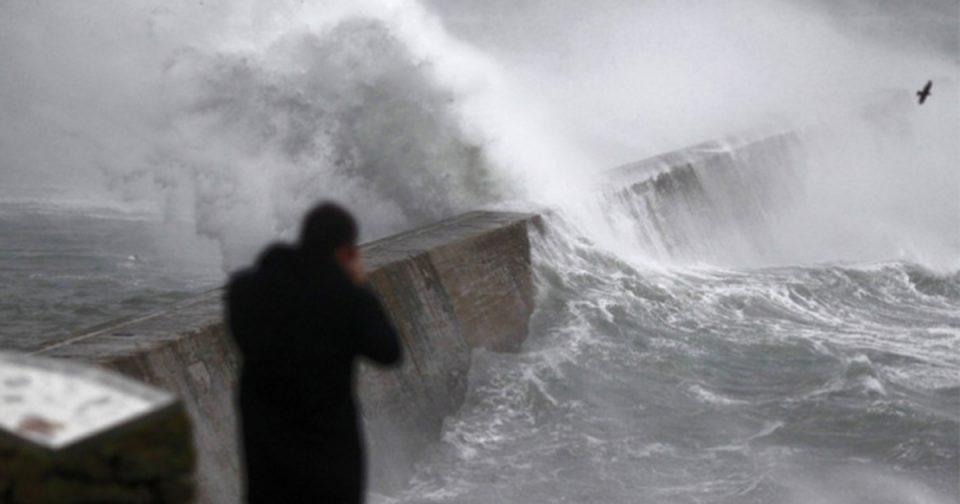 Силен ветер ја пустоши југозападна Франција, без струја останаа 220 илјади домови