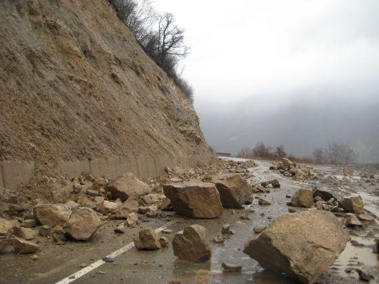 Одрон го прекина сообраќајот на патот Маврови Анови – Дебар, кај Сенце