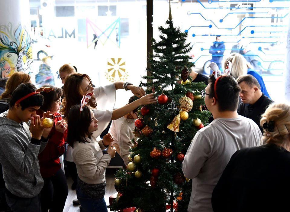 """Празниците може да почнат: Пендаровски и сопругата ја украсија новогодишната елка со децата од """"Доза среќа"""""""