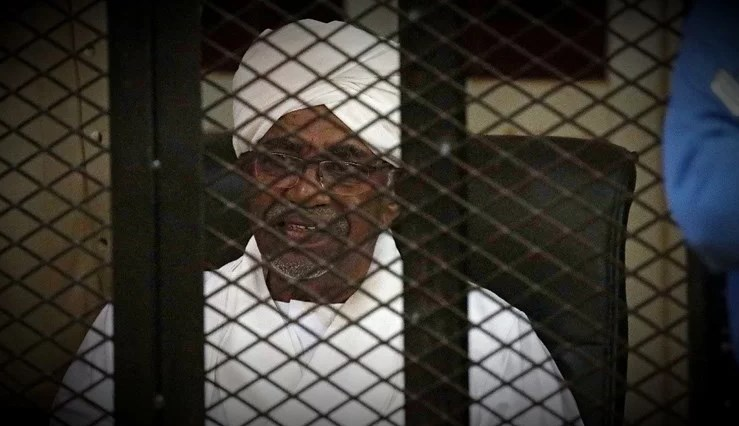 Поранешниот претседател на Судан казната ќе ја служи во поправен дом оти бил стар за во затвор