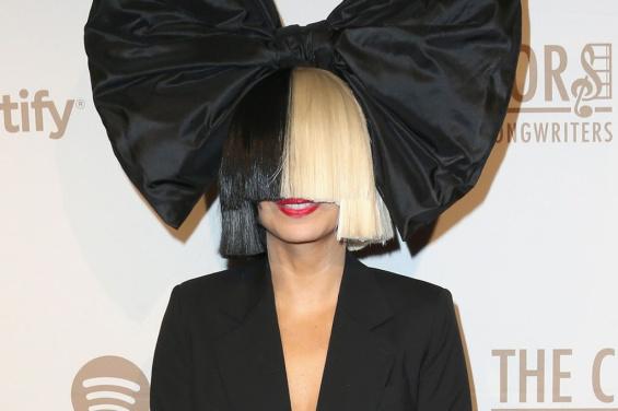 Не ја препознаа: Пејачката се појави без перика во маркет и им ги плати сметките на сите купувачи