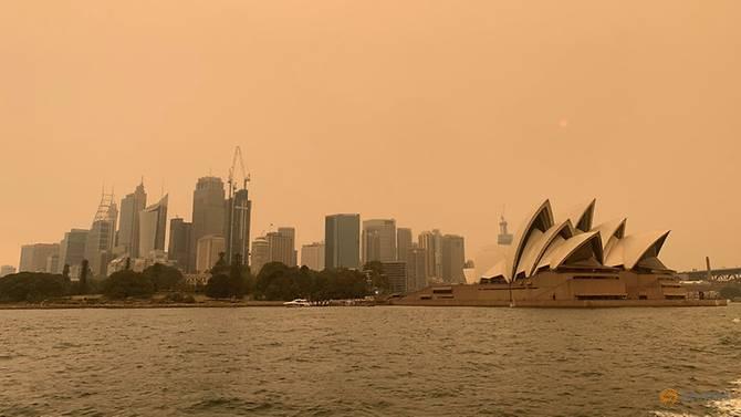 Пожар беснее близу Сиднеј, граѓаните велат: Не се дише
